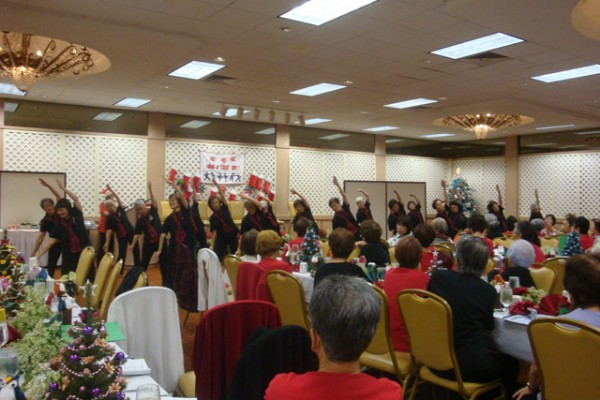 R & L Advanced Class - ballroom with dancers in black shirts watched by other participants seated at festive banquet tables