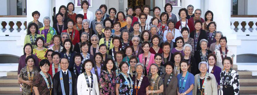 Hawaii Betsuin BWA members on the temple steps